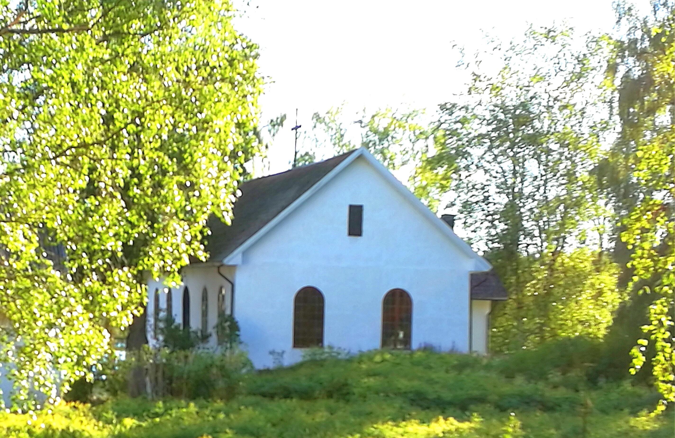 Kapellets gavel mot vägen