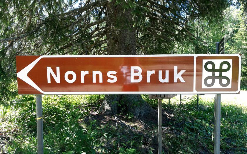 Brun vägskylt Norns Bruk